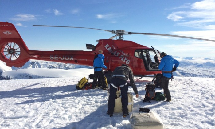 Loading-helicopter_Rescue-Blanket-for-Kebnekaise-1020x610